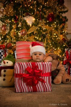 40 christmas pictures ideas with a baby pictures Adorable Baby Christmas Picture Ideas - Santa Baby Xmas Photos, Family Christmas Pictures, Holiday Pictures, Winter Baby Pictures, Xmas Pics, Pictures With Santa, Outside Baby Pictures, Xmas Family Photo Ideas, Christmas Card Photo Ideas With Dog