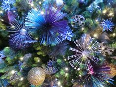 Decorated Christmas Tree Photo Gallery | The Disneyland Hotel Christmas Tree is decorated with space-age ...