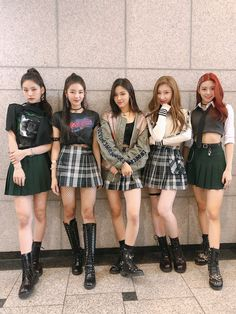 ✨ITZY's at Inkigayo! ✨ We safely finished our dream-like first week's debut music shows!👏👏 Everyone, thank you for watching and supporting on ITZY's first step! Please keep loving ITZY! Moda Kpop, Stage Outfits, Kpop Outfits, Cute Outfits, Kpop Girl Groups, Kpop Girls, Kpop Fashion, Korean Fashion, Ulzzang Girl