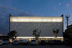 Mercado Design in Brasilia, Brazil design by Tao Arquitetura Facade Lighting, Exterior Lighting, Cool Lighting, Bridge Design, Facade Design, Facade Architecture, Contemporary Architecture, Architectural Lighting Design, Green Facade