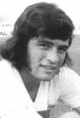 Juan Carlos Heredia Anaya nasceu no dia 1 de Maio de 1952 em Córdoba na Argentina. Depois de ter passado pelos escalões de formação do C.A. Belgrano, Heredia integrou o plantel principal do clube da sua terra no ano de 1971, mas no ano seguinte transferiu-se para o C.A. Rosario Central, no entanto não ficou muito tempo no clube de Rosario já que foi contratado no verão de 1972 pelo F.C. Barcelona, só que começou por não ser feliz na Catalunha porque a federação espanhola de futebol não deu o…