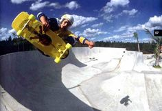 Alan Gelfand flying high at Gainesville's Sensation Basin skatepark. Old School Skateboards, Vintage Skateboards, Skate Photos, Now Magazine, Rolling Thunder, Skateboard Art, Skate Park, The Good Old Days, Skateboarding