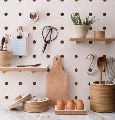 panneau perfore-bois-cuisine-planche a decouper-ciseaux dit-scandinave