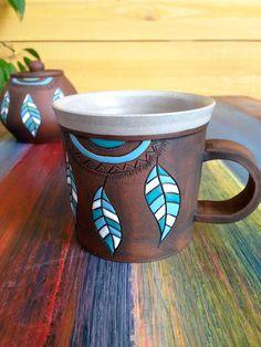 Hrnek indián Clay Creations, Indiana, Macrame, Coffee Mugs, Weaving, Diy Projects, Woodworking, Knitting, Crochet