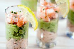 """Verrines saumon-avocat et crevettes Petites verrines toutes en douceur, parfaites pour un apéro entre amis. Association plutôt """"courante"""" mais dont on ne se lasse décidément jamais, n'est-ce pas? :) ►..."""