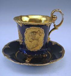 Šálek na čokoládu * modrý zlacený porcelán s portrétem královny * Míšenský porcelán.