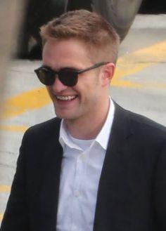 E Robert Pattinson retorna aos sets! Dessa vez em Los Angeles, o ator foi visto hoje (17) se preparando para rodar novas cenas de Maps to the Stars. Rob apareceu com o cabelo mais curto e caracterizado como Jerome. Confiram: