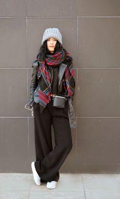 Conseils de mode pour homme et femme, comment porter une écharpe overize de style plaid tartan à carreaux écossais. Nouer une maxi écharpe over size.