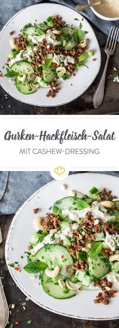 Salat muss nicht immer aus grünem Blattgemüse bestehen, wie die Kombination aus Gurke und Hackfleisch beweist. Kräuter und Cashewkerne runden das Ganze ab.