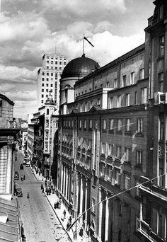 Świętokrzyska przed wojną: pełna banków i antykwariatów Warsaw City, Beautiful Buildings, Old Photos, Poland, Past, Louvre, Old Things, Street View, Black And White