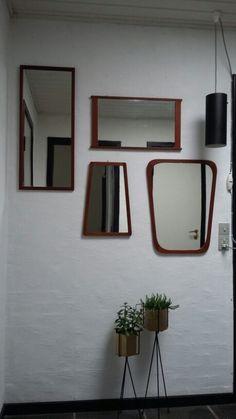 Entré  Spejle med teaktræ. Lampe fra Friis og Molke. Plantestativer fra Ferm Living