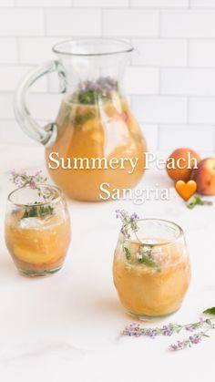 Peach Drinks, Peach Sangria, Brunch Drinks, Refreshing Alcoholic Drinks, Fun Drinks, Peach Alcohol Drinks, Breakfast Cocktail, Easy Summer Cocktails, Summer Sangria
