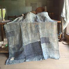 One of a kind .  一点物の古布。 横糸が苧麻で、縦糸は不明。もしかしたら苧麻と綿のミックスかもしれないと聞いてます。藍染。
