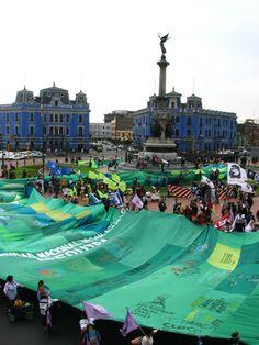 """Perú: Desfiló en Lima colosal """"Bandera Ecológica"""" emblema de la lucha contra Conga"""