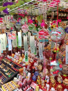 川崎大師 風鈴市 Japanese Wind Chimes, Japanese Colors, Japanese Snacks, Kawaii, Japanese School, Maneki Neko, Japan Photo, Life Pictures, Cultura Pop