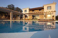 Op het Griekse eiland Corfu is deze superluxe droomvilla te vinden. Deze unieke vakantiewoning voor max. 6 personen met prachtig privezwembad is gelegen bij de plaats Achilleio.