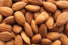 Découvrez toutes les qualités nutritionnelles des amandes et des noix, leur intérêt en collation pour contrôler son poids, sa vitalité et son bien-être.