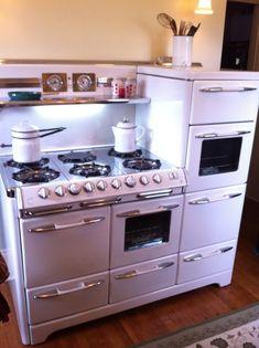 ideas for vintage kitchen appliances antiques old stove Vintage Kitchen Appliances, Kitchen Stove, New Kitchen, Kitchen Dining, Kitchen Decor, Kitchen Ideas, Kitchen Themes, Awesome Kitchen, Country Kitchen