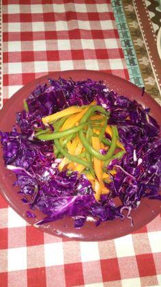 Ensalada de col morada, zanahoria y vainas verdes.