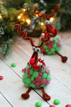 Crea un detalle original y diferente en esta Navidad haciendo pequeños regalos con forma de reno. Solo es necesario resaltar la nariz roja ...