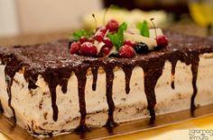 Bolo de Chocolate e Frutos Vermelhos com Ferrero Rocher - http://www.sobremesasdeportugal.pt/bolo-de-chocolate-e-frutos-vermelhos-com-ferrero-rocher/