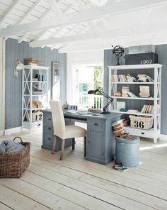 Die Farbgestaltung mit Taubenblau und Weiß, die offenen Holzregale und das freiliegende Fachwerk schaffen ein maritimes Flair im Arbeitszimmer. Von Maisons du Monde.