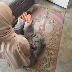Our luxury prayer mats with elegant gift packaging are unique gift for any special occasion. Beautiful Muslim Women, Beautiful Hijab, Hijabi Girl, Girl Hijab, Cute Girl Pic, Stylish Girl Pic, Muslim Girls, Muslim Couples, Islam Women