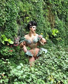 Violet Chachki's custom-made corset looks right at home in the verdant garden vines outside of the historic Salle Wagram in Paris. Drag Queens, Marie Antoinette, Valentina Drag, Drag Queen Outfits, Rupaul Drag Queen, Violet Chachki, Ella Enchanted, Dior, Club Kids