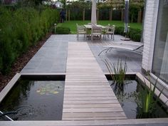 De strakke tuin Groen van bij ons Bloemen en planten Rob Escamilla This may sound counterintuitive if you want to enlarge a small space but for your space the idea can. Pond Design, Modern Garden Design, Landscape Design, Modern Landscaping, Backyard Landscaping, Narrow Garden, Ponds Backyard, Koi Ponds, Water Features In The Garden