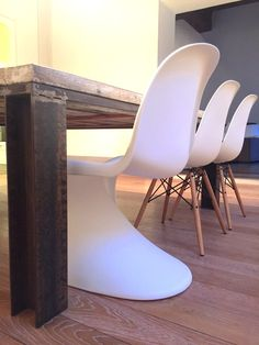Tavolo Industriale creato con longherine in ferro grezzo, ripiano con tavole da ponteggio usate, levigate e protette.