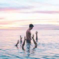 Children of Neptune accepting a sacrefice offered to them. Paladin, Grimm, Ragnor Fell, La Reproduction, Las Vegas, Foto Art, Merfolk, Heroes Of Olympus, Matthew Daddario