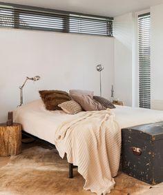 Slaapkamer met aluminium horizontale jaloezieën met een lamelbreedte van 50mm en ladderkoord.
