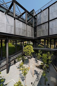 Architecture Exposed structural steel house is designed to 'float' over the site offering. Exposed structural steel house is designed to 'float' over the site offering spectacular rainforest views - CAANdesign Cantilever Architecture, Floating Architecture, Container Architecture, Industrial Architecture, Architecture Details, Steel Structure Buildings, Metal Structure, Building Structure, Building Design