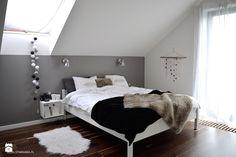 Przyklad żeby nie malowac skosu !!!!! Zimowa stylizacja sypialni - dom pod Krakowem - Średnia sypialnia małżeńska na poddaszu z balkonem / tarasem, styl skandynawski - zdjęcie od STABRAWA.PL - pozytywny design