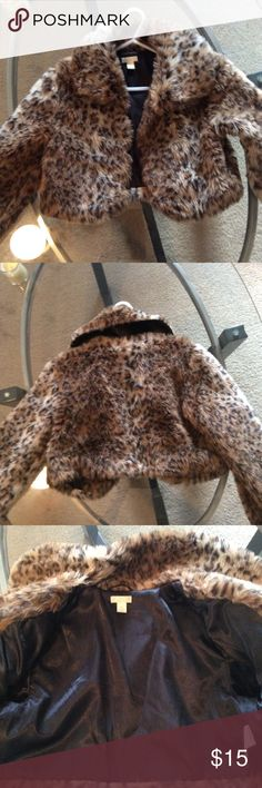 Girls faux fur Leopard Cropped Coat Size 7/8 Long Sleeve Girls Size 7/8 Faux Fur Leopard Cropped Coat, coat is lined, good condition, hook in front to close. The Children's Place Jackets & Coats