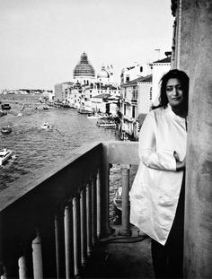 Architect and Designer Zaha Hadid in Venice, Italy. Zaha Hadid Buildings, Zaha Hadid Architecture, Contemporary Architecture, Art And Architecture, Classical Architecture, Bagdad, Vie Simple, Divas, Famous Architects