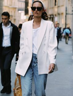the perfect minimal style inspiration - white blazer, white t-shirt and medium wash jeans Daily Fashion, Everyday Fashion, White Blazer Outfits, White Blazers, White Shirts, Looks Street Style, Look Cool, Sandro, Casual Chic