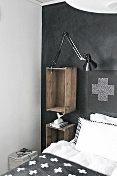 Skrinet mitt.: DIY: Maling og kritt = kalk...nesten. love the crates on the wall / Une table de chevet réalisé avec des caisses en bois / DIY ideas with pallets