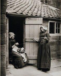 Yorkshire  SUTCLIFFE, Frank Meadow, « Two Women Winding Wool», SUTCLIFFE, Frank Meadow, New York, Aperture, 1979.