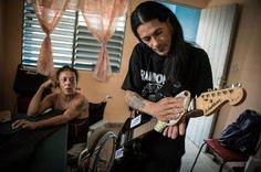 Así sobrevive el último punk que se inoculó el VIH en Cuba. Han pasado 17 años desde Gerson Govea (42) que se inyectó el virus y, aunque no se arrepiente, confiesa que quiere llegar a los 50. AFP | El País, 2017-06-03 http://internacional.elpais.com/internacional/2017/06/03/america/1496445483_702089.html
