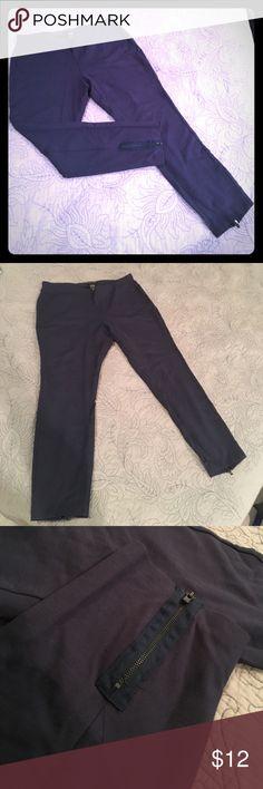 "Navy leggings with back zip at bottom of legs Navy leggings with 5"" back zip at bottom of legs. 26"" inseam, barely worn. New York & Company Pants Leggings"