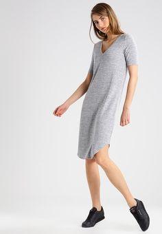 Stylizacje dnia z Inspiruj.net – Dzianinowe sukienki na jesień - KobietaMag.pl Smart Casual, Gray Dress, Knit Dress, Knitting, Grey, T Shirt, Dresses, Style, Products