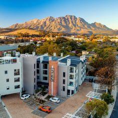 'n Pragtige uitsig oor die prentjiemooi dorp, Stellenbosch. Small Towns, South Africa, Mountains, Modern, Bergen