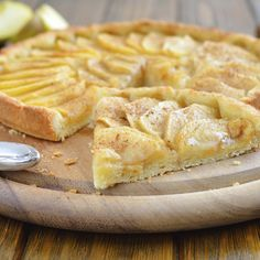 Ingrédients 1 pâte feuilletée pur beurre 2 pommes 2 œufs 5 c. à soupe de sucre en poudre 1 c. à soupe de Maïzena 20 cl crème fraîche poudre d'amande cannelle Préparation 1- Préchauffez votre four Th. 6 (180°C). 2- Mettez la pâte (avec son papier sulfurisé) dans moule à tarte. 3- Piquez à la …