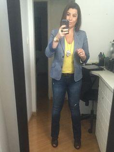 Dia 18 do #desafiodocloset é casual friday! Fui de jeans, camiseta amarela, blaser listrado, medalhão e unkle boot