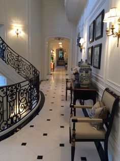 6 Luxury Entryway decoration ideas from interior design experts Insplosion. Read more here and turn your new foyer into a luxury entryway! Luxury Homes Interior, Home Interior Design, Interior And Exterior, Mansion Interior, Design Interiors, Beautiful Interiors, Beautiful Homes, Enchanted Home, Enchanted Evening