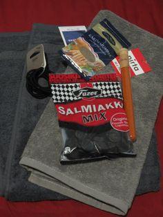 SY yleisrinki tammikuu: Kaksi harmaasävyistä kasvo/käsipyyhettä (vaaleampi on Pirta-sarjaa ja tummempi taasen on Finlaysonin valmistama), mustia ponnareita, chiliä, kardemummaa ja pussi salmiakkia.