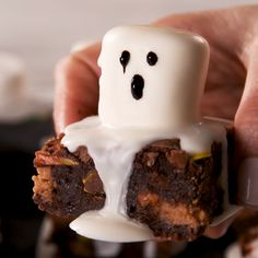 Ghost Marshmallow Brownies These decadent and fudgy brownies are worth making from scratch. But, if you're in a time crunch, feel free to sub in your favorite boxed mix. You can also switch up the candies to better suit your… Continue Reading → Brownies Halloween, Dessert Halloween, Halloween Treats For Kids, Halloween Party Snacks, Holiday Treats, Holiday Recipes, Marshmallow Halloween, Easy Halloween Food, Halloween Halloween