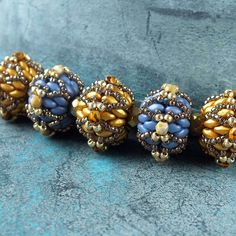 Beaded Bead with twins or duos - step by step but translate ~ Seed Bead Tutorials Seed Bead Jewelry, Bead Jewellery, Sea Glass Jewelry, Beaded Rings, Beaded Necklace, Beaded Bracelets, Beaded Bead, Super Duo Beads, Twin Beads