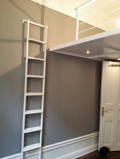 Sovloft med stege. Förvaring av stegen på ett väggbeslag.